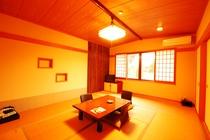 窓から赤い観音橋が望める◇本館:和室8~10畳一例