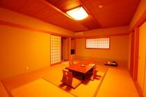 窓から赤い観音橋が望める◇本館:和室12畳一例