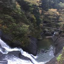 *【袋田の滝】吊橋の上から少し離れてみる滝もまた素晴らしい景色です。
