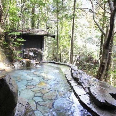 露天風呂(岩)〜目の前に広がる槙原渓谷を見晴らすことができます〜