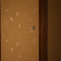 室内備品の数々‐瓢箪柄の京唐紙を用いた襖‐