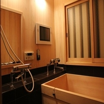 槇の木の香り漂う浴室