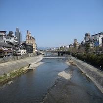 徒歩5分圏内の観光スポット‐ 鴨川 / 四条大橋