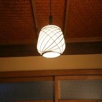 室内備品の数々‐やさしい明かりが灯る和風照明‐