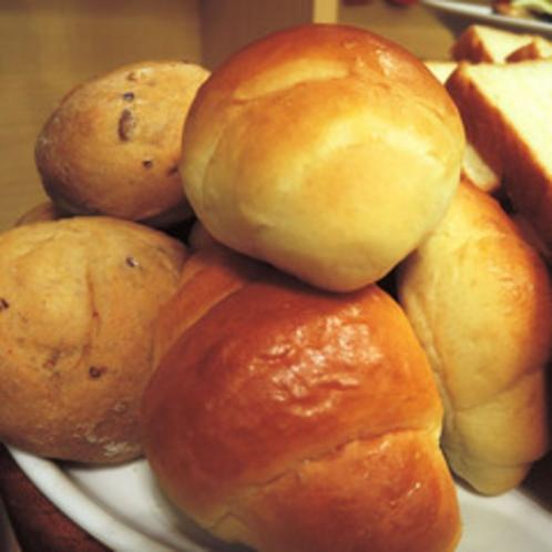 *【朝食バイキング一例】*朝食バイキングはパンもご用意しております。