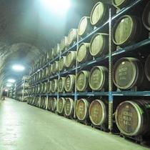 *<トンネルの駅>ひんやりとしたトンネルに約5000樽もの樫樽の焼酎が並ぶ(無料見学OK)