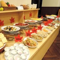 *【朝食バイキング一例】地採れの有機野菜や郷土食材たっぷり。