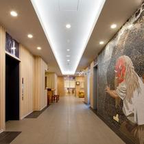 <エントランス>高千穂の観光の目玉の一つである夜神楽を壁にあしらっています。