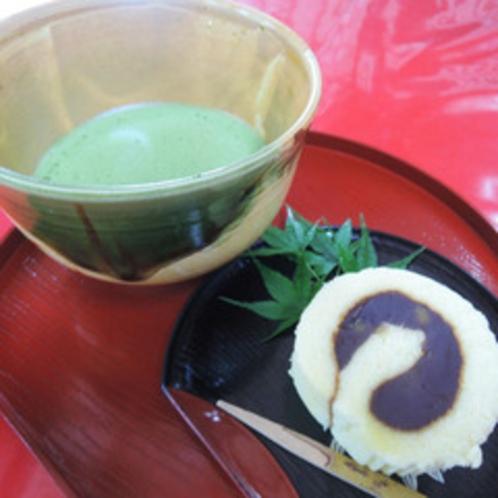 *<高千穂峡遊歩道:ゆっくり歩いて30分>散策したらちょっと一息。売店でお抹茶と和菓子を。