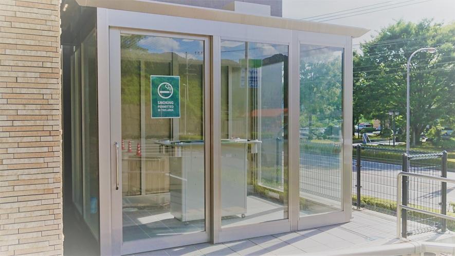 <屋外喫煙所> ガラス張りの施設でゆったりと喫煙が出来る事間違いなし。