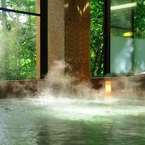 森の中にあるような大浴場