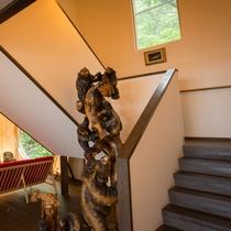 ■施設■玄関奥には2F客室へと続く、吹き抜けの階段がございます