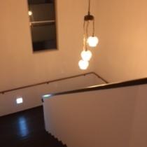 ■施設■心地よい吹き抜けの階段で、客室へどうぞ。