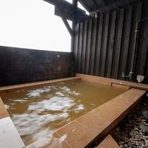 ■大浴場露天風呂■褐色のにごり湯でナトリウム塩化泉で美肌の湯といわれています。