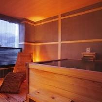 【貸切風呂】檜が香る浴室でゆっくりとお過ごし下さい。