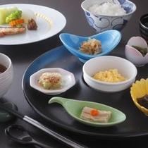 【ご朝食】朝食はさっぱりと和食をいただく。料亭で朝もゆとりある時間に。