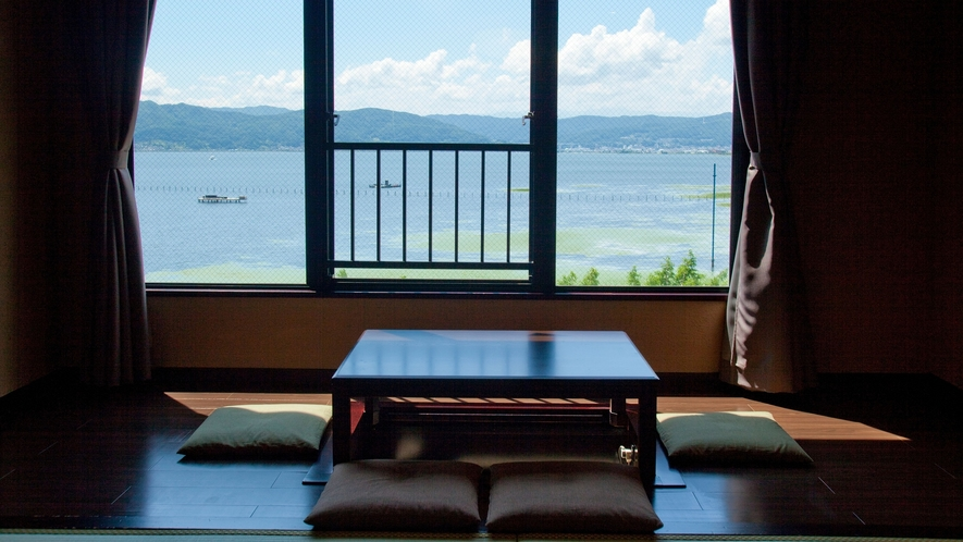 【客室】窓の外に広がる諏訪湖を眺めるゆっくりとした癒しの時間。