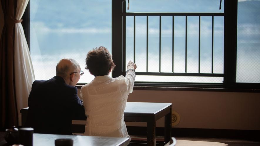 【客室】諏訪湖を眺める寛ぎのひとときを。