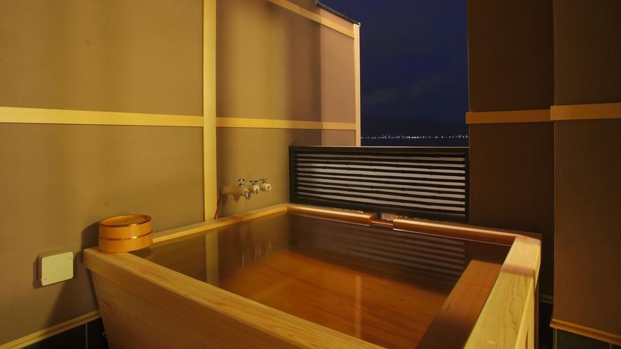 【セミスイート◇美湖の雫】客室露天風呂。たゆたゆとあふれる源泉につかりながら、諏訪湖を貸し切る贅沢。