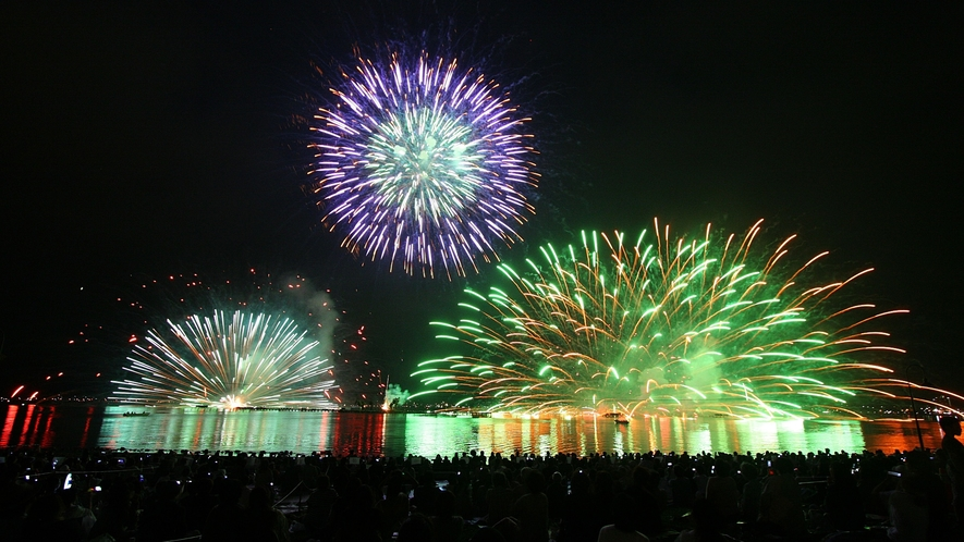 【湖上花火】諏訪湖のほとりで諏訪湖の花火をご堪能いただけます。