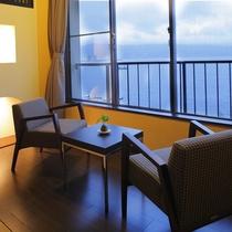 【客室】目の前に広がる諏訪湖に抱かれるような日常とは違う空間。