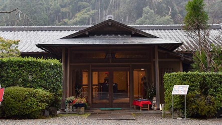 *ようこそ「高雄錦水亭」へ。都心を離れて、四季の情景と味覚を満喫して下さい。