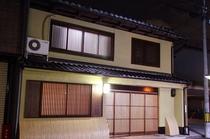 建物正面(夜)