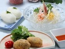 《 ひんやり素麺と手作りメンチカツ定食+高菜おにぎり付き 》
