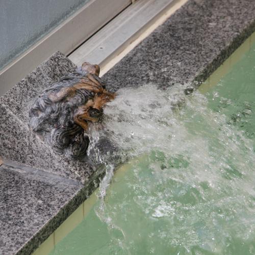沖縄の守り神『シーサー』の口から湯を提供中!