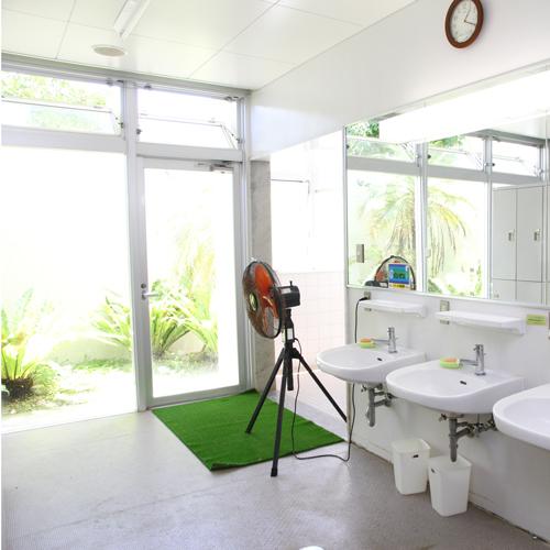洗面台が3台あり、快適に使用できます。