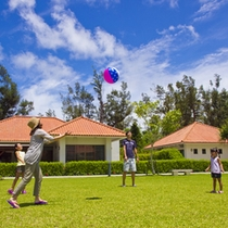 緑じゅうたん芝の広場で、ボール遊びも楽しめます