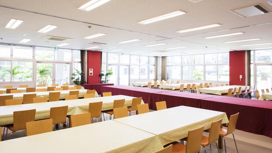 食事会場では懇親会やパーティーなど目的に応じたセッティングが可能です。