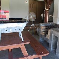 屋外BBQ場。レンタル用品も多数揃えております。