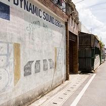 英字で書かれたコンクリートの建物が金武町ならでは。