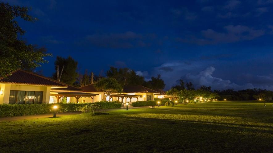 夜のコテージ棟風景。