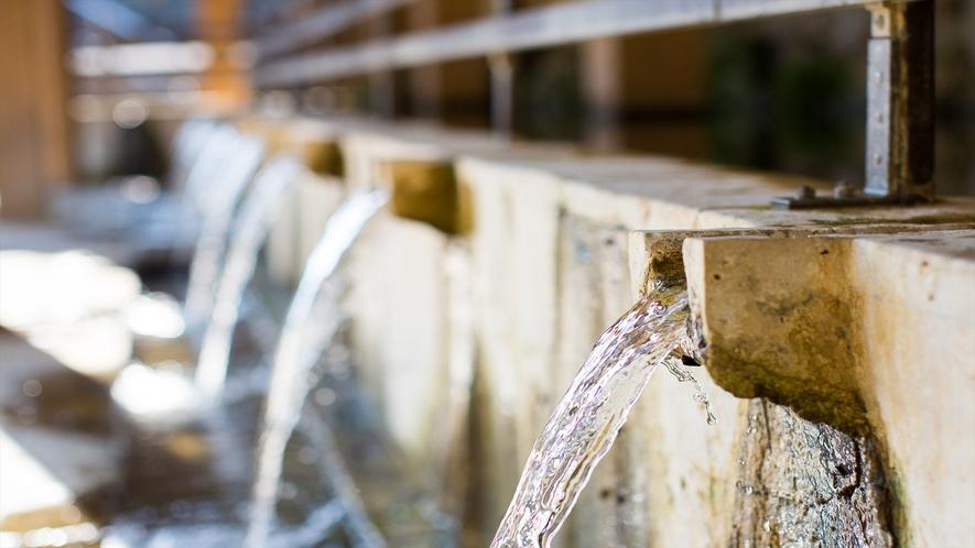 家族で涼めるウッカガー(大川)。長寿の泉と呼ばれています。
