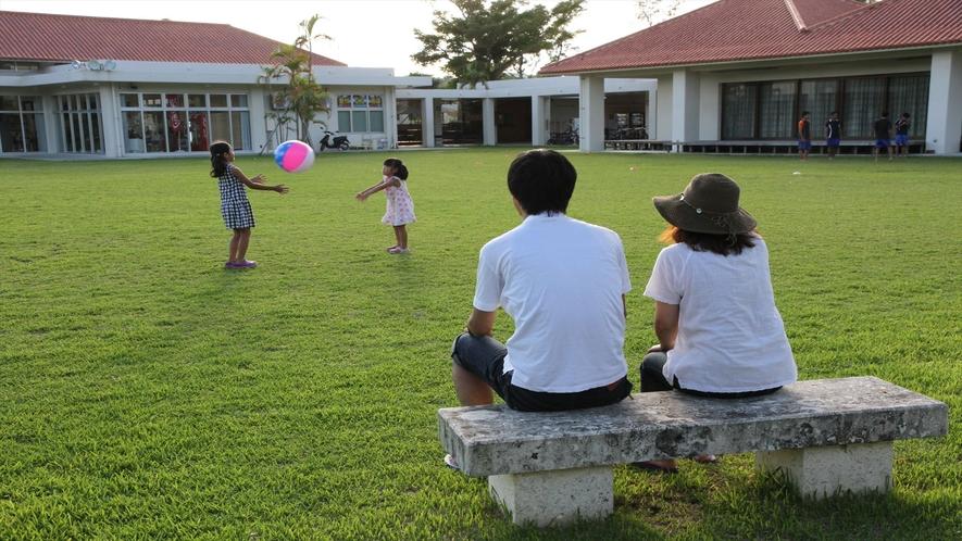 施設琉球石灰岩のベンチで、ひと休み取ってね!