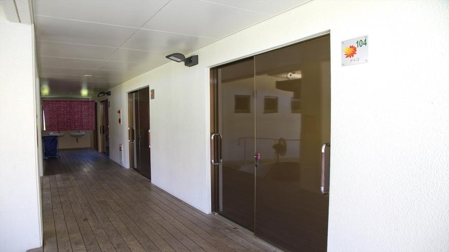 各部屋に繋がる出入り口(お手洗い・洗面所は共同)