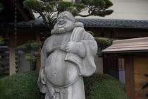 玄関前には布袋さんの像が立ってます。