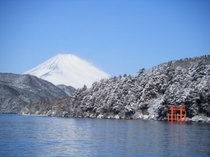 雪化粧した富士山と芦ノ湖
