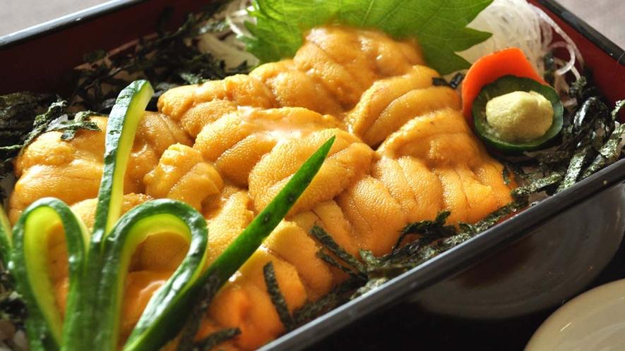 【6月頃から8月中旬までの特別メニュー】積丹産のムラサキウニを使用したウニ丼。(夏季限定 要予約)