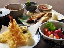 【観光プランのご夕食】てんぷら、お刺身、焼き魚、ボリューム満点