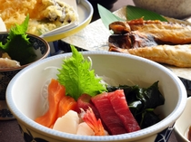 【観光プランのご夕食】てんぷら、お刺身、焼き魚度ボリューム満点