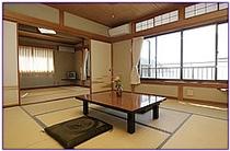 日本海を一望する二間続きの客室。