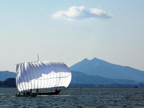 霞ヶ浦に浮かぶ観光帆引き船と筑波山/土浦市