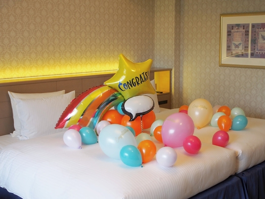 【バルーンでお祝い】スターバルーンベッドメイクとスイーツプレートでホテル満喫♪