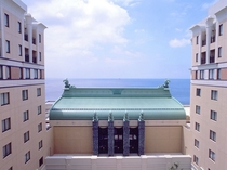 「ビックウェーブ」を表わす宴会場棟の屋根