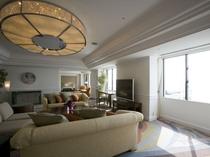 ロイヤルスイートルーム/185平米の圧倒的な広さ。ホテル最上階の海を臨む