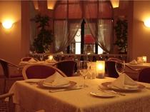 回廊から柔らかな光が差し込む、レストラン「フォンタナ」