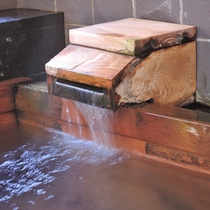 *内湯 桧風呂/雲見温泉のお湯は無色透明、疲労回復、美肌効果が期待できるといわれています。